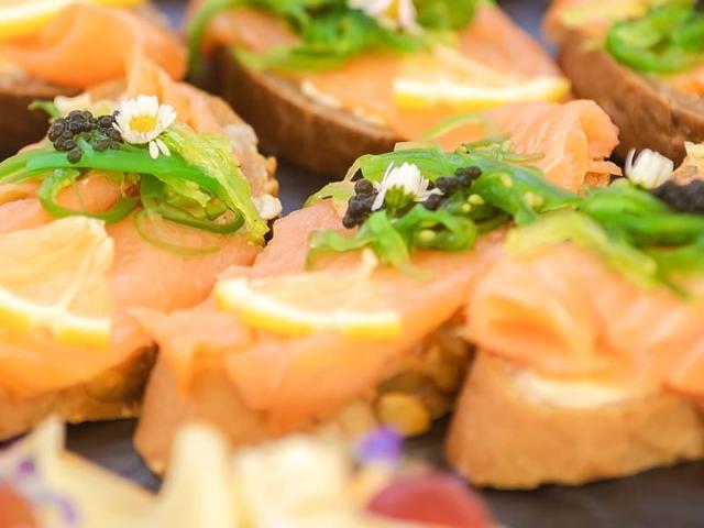 Blümchen Café Rochlitz Catering dekorierte Häppchen mit Lachs