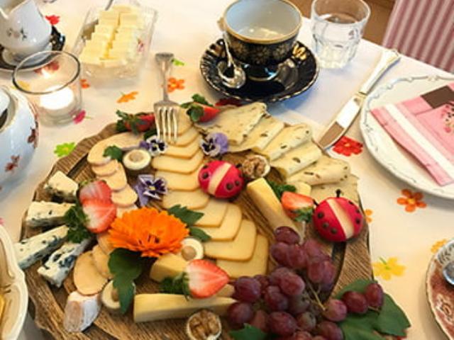 Blümchen Café Rochlitz Käseplatte innovativ dekoriert mit Marienkäfern aus Käse und Obst