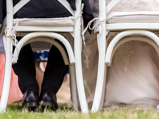 Blümchen Café Rochlitz Brautpaart auf Stühlen sitzend von hinten fotografiert