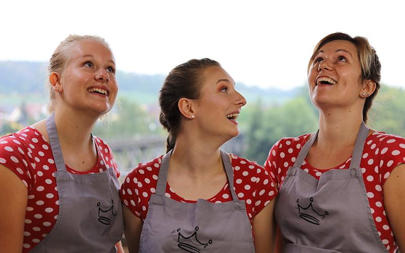 Blümchen Café Rochlitz Team auf der Terrasse mit einem Lächeln im Gesicht